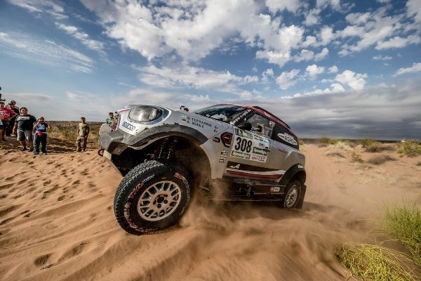 All three MINI John Cooper Works Rally cars complete their first Dakar