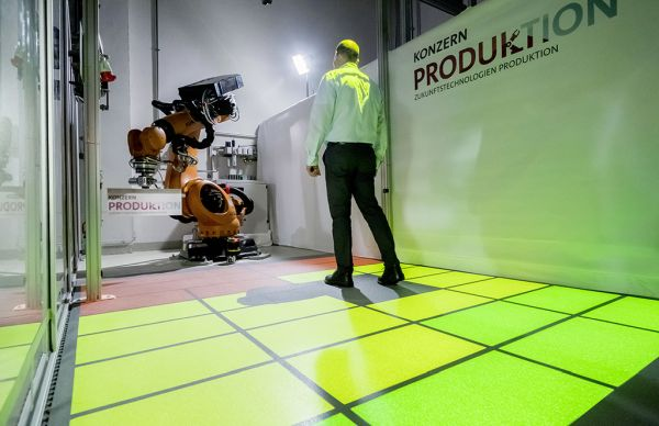 Dynamic safety zones for safe cooperation between people and robots