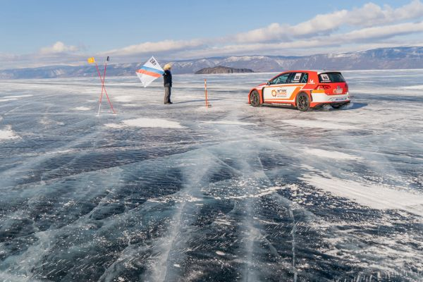 Volkswagen Golf GTI TCR reaches 236 kph on Russian iced-lake