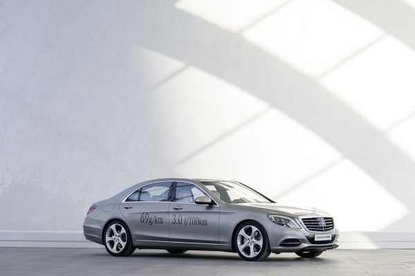 Mercedes-Benz on the road to zero-emission driving: CO2 saving at full speed