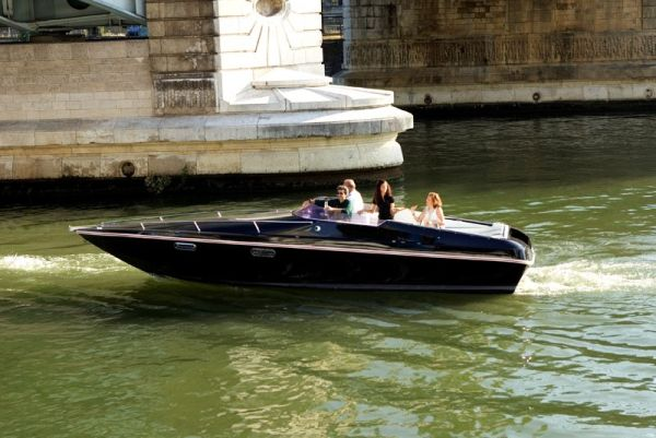 Black Swan, the first 100% electric passenger boat fitted with second life batteries comes to Paris