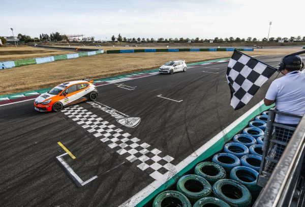 Jurado and Milan on new Clio Cup top at Magny-Cours