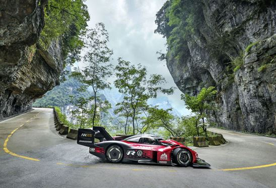 Breathtaking nature, fascinating technology: The ID.R's record drive on Tianmen Mountain