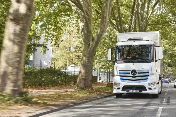 Second eActros test phase gathers speed: Mercedes−Benz electric truck starts work at Remondis in Cologne