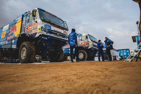 A Kamaz trio now on top at Dakar stage 7