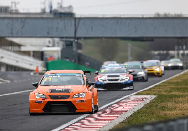 TCR Eastern Europe - The field will chase Pekar at the Slovakia Ring